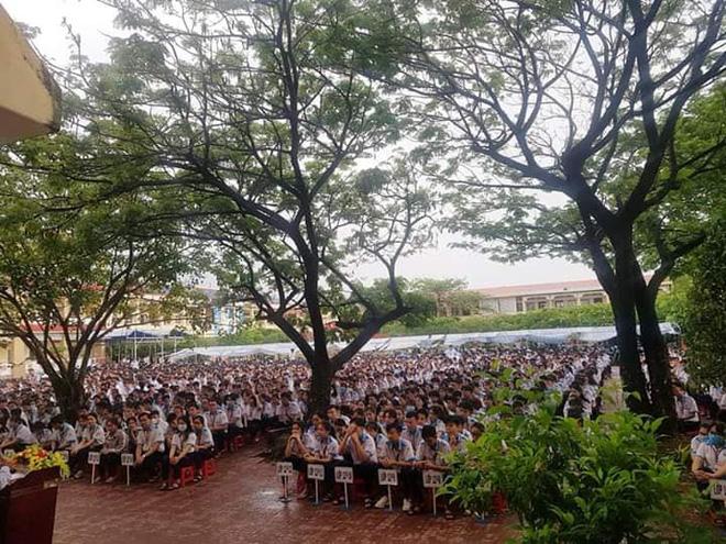Thầy hiệu trưởng đứng giữa trời mưa phát biểu trong tiết chào cờ cuối cùng của học sinh cuối cấp: 12 năm đi học sắp hết thật rồi sao?-3