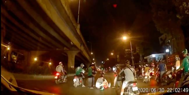 Thấy người phụ nữ mang bầu gặp tai nạn nằm co giật giữa đường trong đêm vắng, tài xế ô tô có hành động đẹp khiến nhiều người cảm kích-1