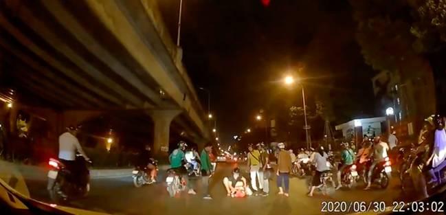Thấy người phụ nữ mang bầu gặp tai nạn nằm co giật giữa đường trong đêm vắng, tài xế ô tô có hành động đẹp khiến nhiều người cảm kích-2