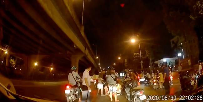 Thấy người phụ nữ mang bầu gặp tai nạn nằm co giật giữa đường trong đêm vắng, tài xế ô tô có hành động đẹp khiến nhiều người cảm kích-3