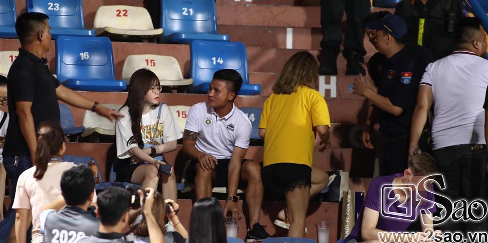 Sau scandal đâm Mẹc vào ngõ cụt, Quang Hải ra sân có vệ sĩ bảo vệ như sao hạng A-6