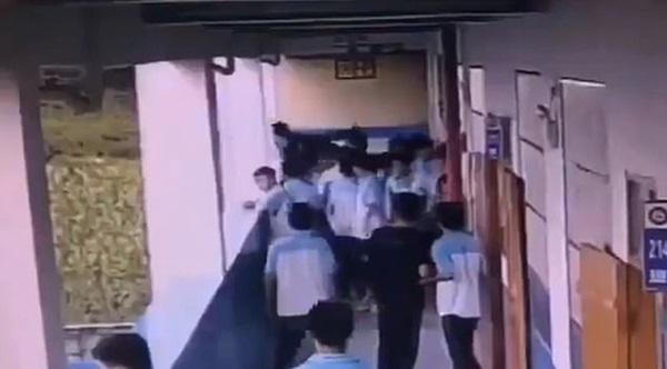 Nam sinh lớp 9 ném bạn từ tầng 4 xuống bị buộc tội giết người, tiết lộ nguyên nhân phía sau của vụ việc-3