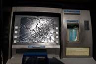 Rút tiền bị nuốt thẻ, 1 người ở quận 12 dùng búa phá hủy trụ ATM