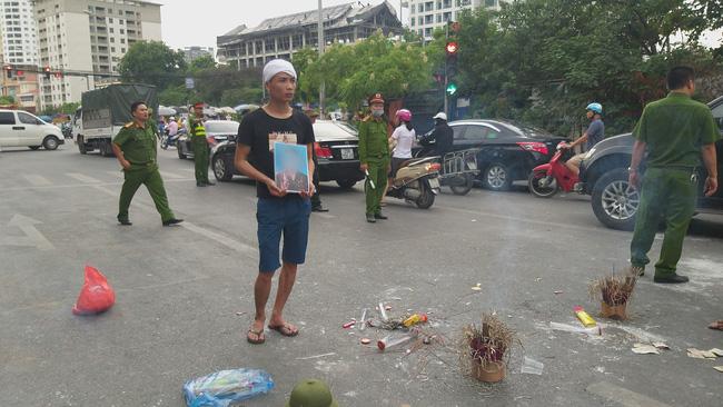 Gia đình nạn nhân tử vong vì tai nạn giao thông 1 năm trước đeo tang, mang di ảnh người nhà ra giữa đường ngồi-2