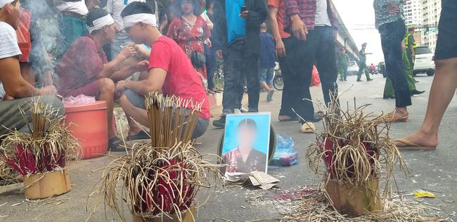 Gia đình nạn nhân tử vong vì tai nạn giao thông 1 năm trước đeo tang, mang di ảnh người nhà ra giữa đường ngồi-3