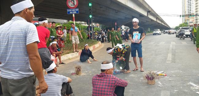 Gia đình nạn nhân tử vong vì tai nạn giao thông 1 năm trước đeo tang, mang di ảnh người nhà ra giữa đường ngồi-7