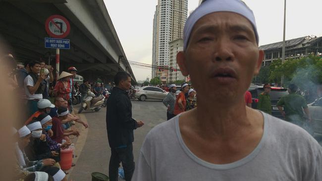 Gia đình nạn nhân tử vong vì tai nạn giao thông 1 năm trước đeo tang, mang di ảnh người nhà ra giữa đường ngồi-8