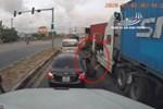 Container phóng nhanh đánh lái gấp rồi lật ngang giữa giao lộ-1