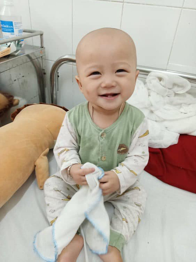 Em bé 14 tháng tuổi mang trong mình 2 loại ung thư: Chừng nào còn được nhìn thấy nụ cười của con, chúng tôi còn cố gắng-5