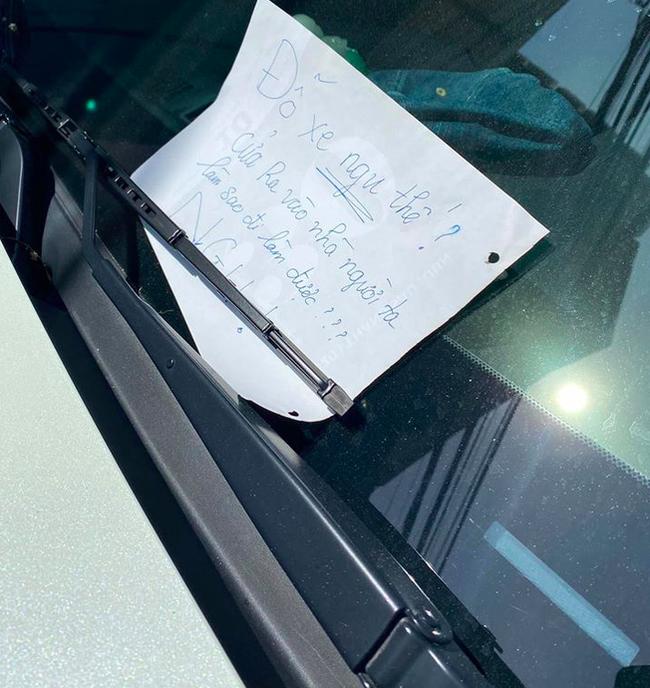 Đỗ ô tô chắn cửa nhà người khác, khi quay lại chủ xe nhận được mảnh giấy với nội dung đọc mà xấu hổ thay-2