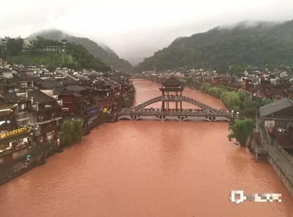 Phượng Hoàng cổ trấn ở thượng nguồn đập Tam Hiệp bị ngập lụt-1