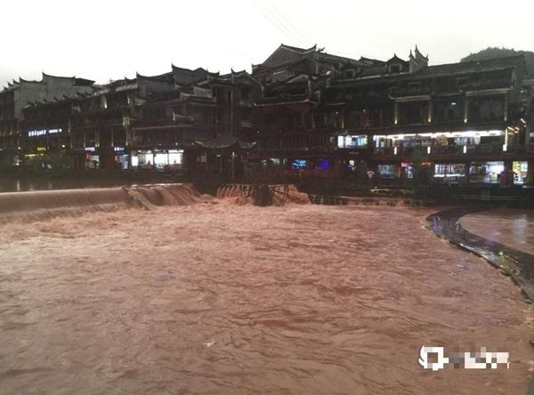 Phượng Hoàng cổ trấn ở thượng nguồn đập Tam Hiệp bị ngập lụt-3