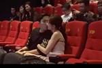 """Tranh cãi nảy lửa Trấn Thành - Hari Won hôn nhau ở rạp phim, netizen gay gắt: """"Thiếu gì chỗ, đâu phải chỉ có 2 người ở đó?"""""""