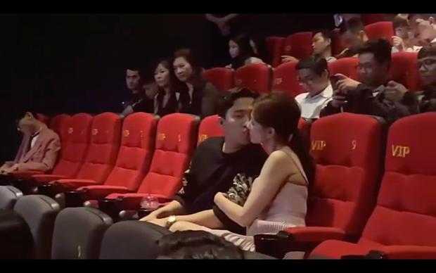 """Tranh cãi nảy lửa Trấn Thành - Hari Won hôn nhau ở rạp phim, netizen gay gắt: Thiếu gì chỗ, đâu phải chỉ có 2 người ở đó?""""-4"""