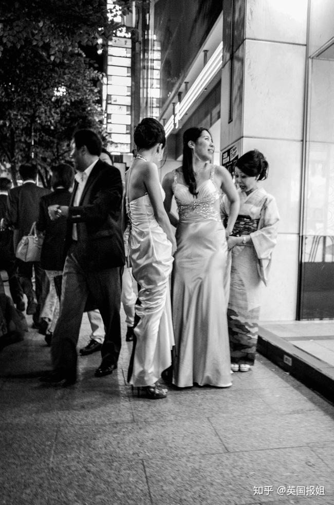 Những phụ nữ được gả vào thế giới ngầm ở Nhật Bản: Hình ảnh người vợ đức hạnh sau cửa kính chống đạn và cuộc sống bế tắc cùng cực-1