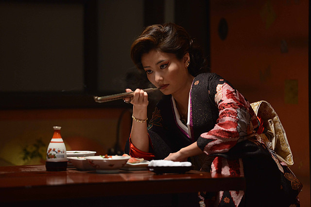 Những phụ nữ được gả vào thế giới ngầm ở Nhật Bản: Hình ảnh người vợ đức hạnh sau cửa kính chống đạn và cuộc sống bế tắc cùng cực-3