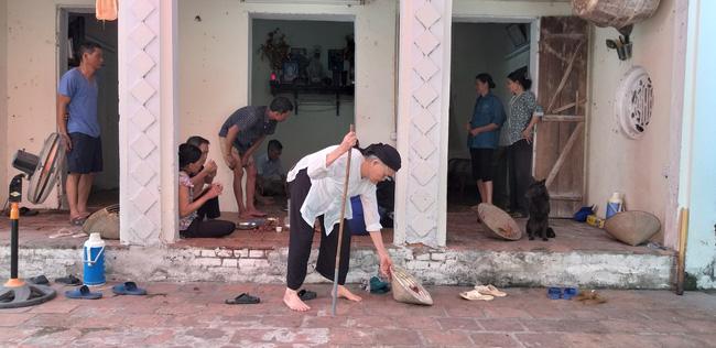 Vụ người thân mang di ảnh nữ nạn nhân tử vong vì TNGT ra giữa đường ngồi: Nặng trĩu tâm tư người chồng-5