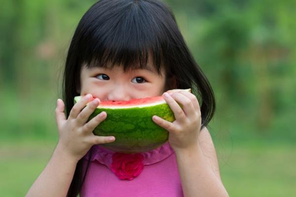 Bé gái 5 tuổi nhập viện vì miếng dưa hấu để trong tủ lạnh, khuyến cáo 4 loại hoa quả càng bảo quản lâu càng mất vị, biến chất rất nhanh-1
