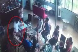 Clip: Khoảnh khắc gã đàn ông bất ngờ đâm bạn tử vong trong quán cafe ở Hà Nội