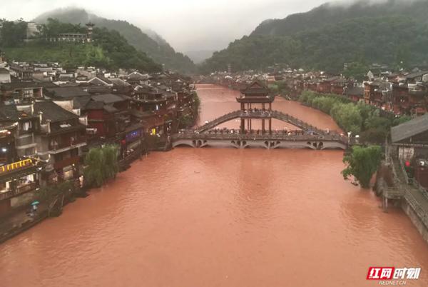 Nước lũ tuôn ào ạt như thác từ cửa sổ tầng 3 nhà dân trong trận lũ lụt nghiêm trọng nhất 2 thập kỷ ở Trung Quốc-2