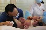 Phải cắt bỏ tinh hoàn, ông bố sững sờ nghe tin vợ mang thai