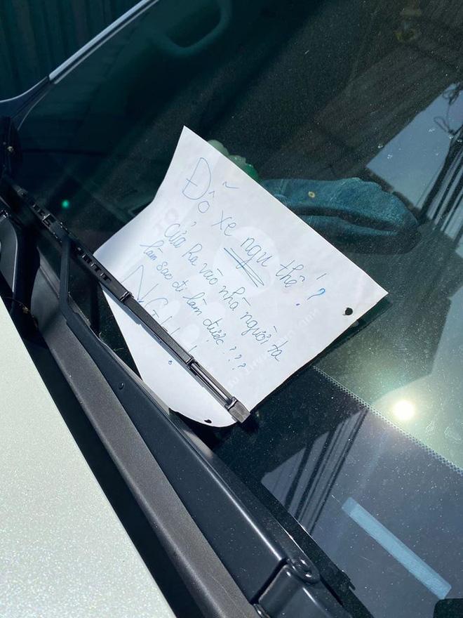 Bị dán 3 mảnh giấy với nội dung đầy tức giận phía sau xe, tài xế không biết gì, vẫn chạy trên đường-3