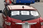 Bị dán 3 mảnh giấy với nội dung đầy tức giận phía sau xe, tài xế không biết gì, vẫn chạy trên đường
