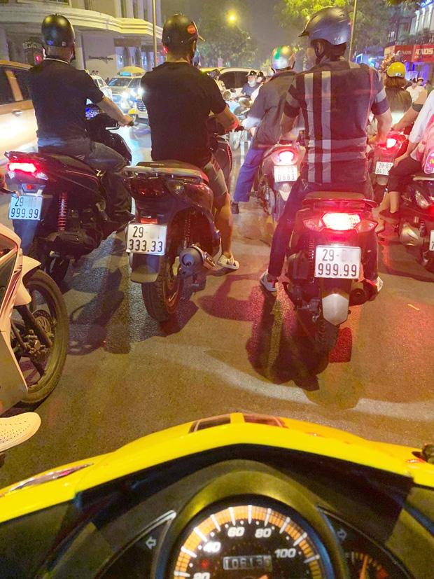 Xôn xao hình ảnh 3 chiếc xe tay ga biển ngũ quý chạy song song trên đường phố Hà Nội-1