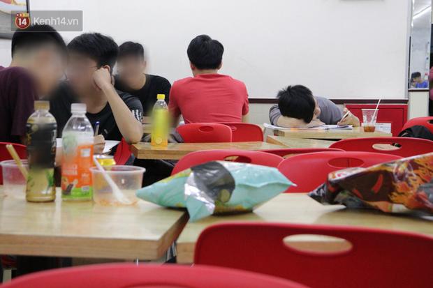 Sinh viên chen nhau ôn thi cuối kỳ ở cửa hàng tiện lợi đến 2-3h sáng vì nắng nóng-7