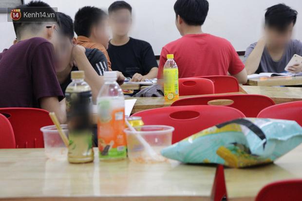 Sinh viên chen nhau ôn thi cuối kỳ ở cửa hàng tiện lợi đến 2-3h sáng vì nắng nóng-3