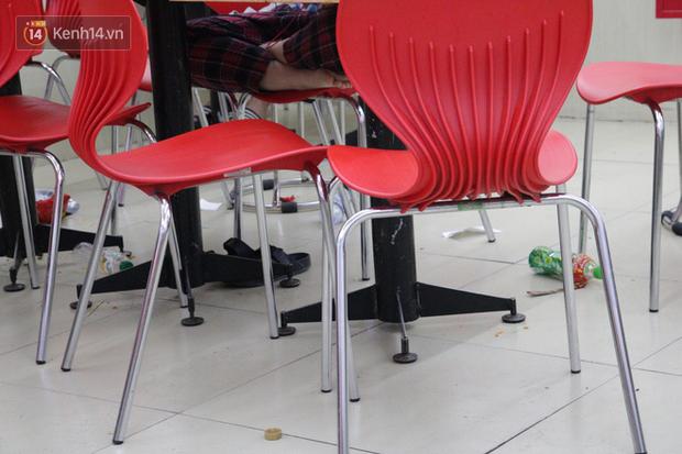 Sinh viên chen nhau ôn thi cuối kỳ ở cửa hàng tiện lợi đến 2-3h sáng vì nắng nóng-4