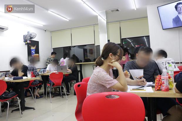 Sinh viên chen nhau ôn thi cuối kỳ ở cửa hàng tiện lợi đến 2-3h sáng vì nắng nóng-2