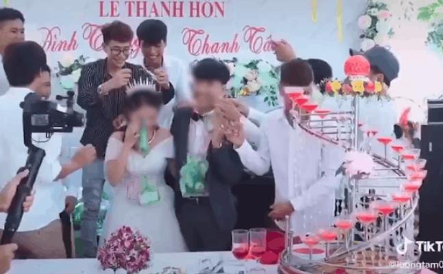 Hội bạn thân ế vợ lâu năm trao túi quà đặc biệt cho cô dâu chú rể trong ngày cưới khiến cặp đôi miệng cười không ngớt-1