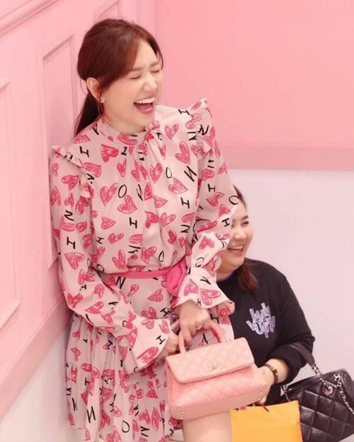 Mê đồ màu hồng, Hari Won từng nhiều lần mặc sến sẩm, túi xách trăm triệu cũng khó cứu vãn-1