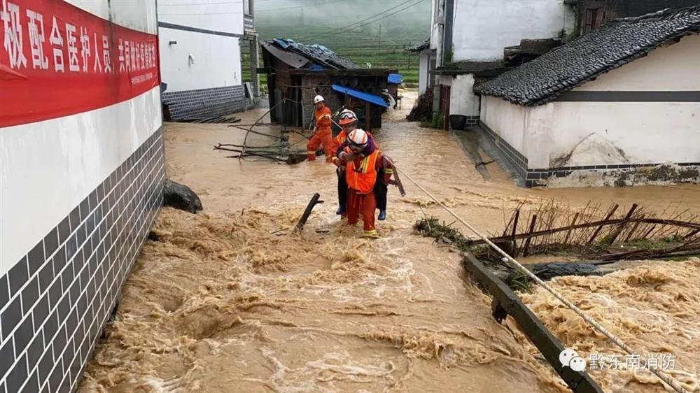 Những hình ảnh đáng sợ về cơn đại hồng thủy ở miền Nam Trung Quốc gây ra bởi những cơn mưa dai dẳng kéo dài hơn 30 ngày-19