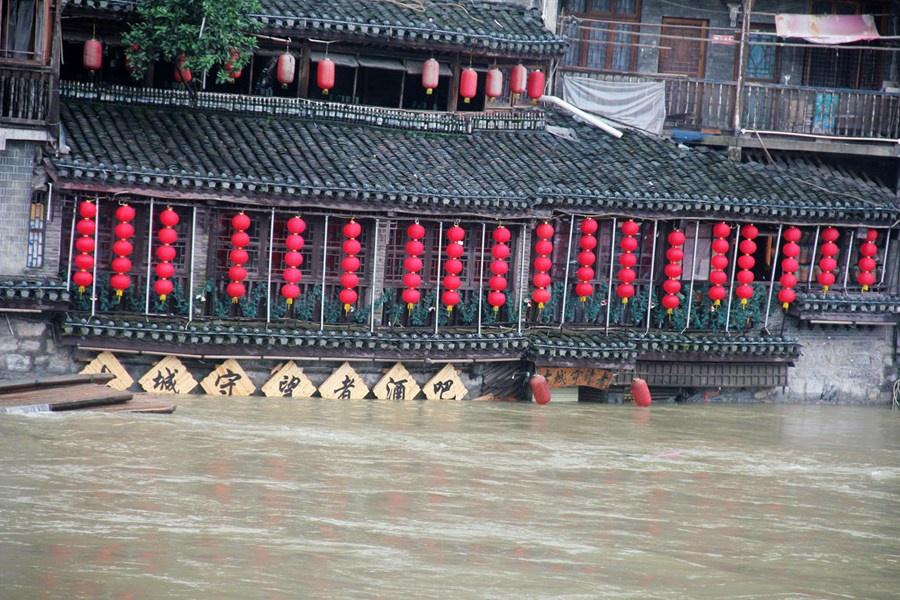 Những hình ảnh đáng sợ về cơn đại hồng thủy ở miền Nam Trung Quốc gây ra bởi những cơn mưa dai dẳng kéo dài hơn 30 ngày-5