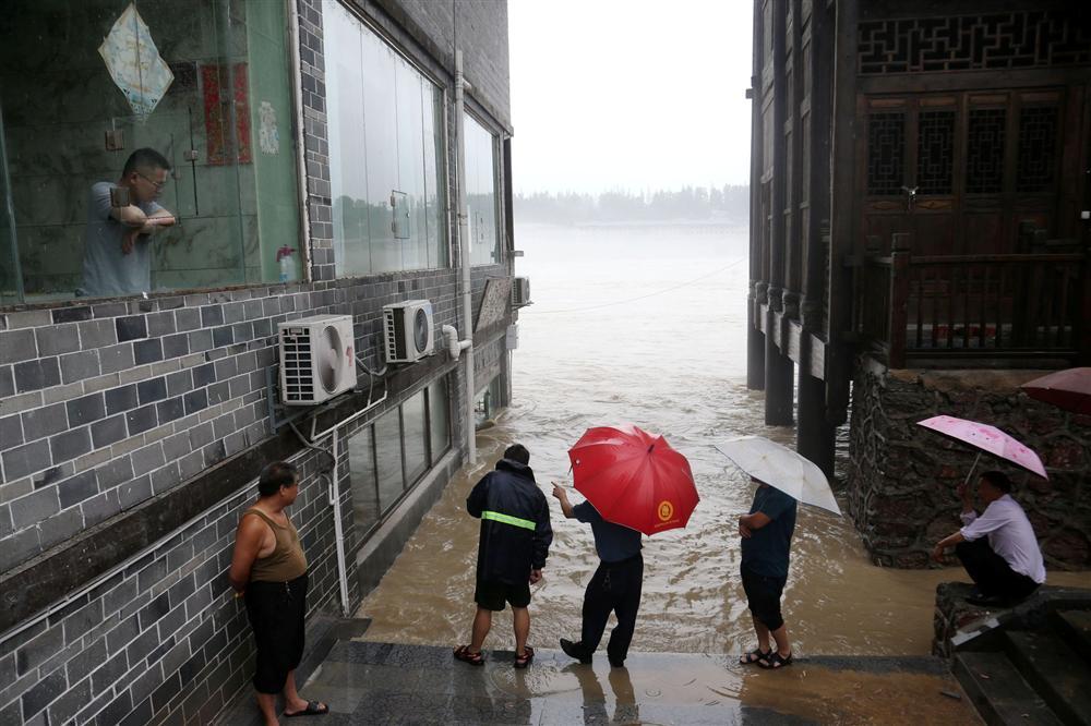 Những hình ảnh đáng sợ về cơn đại hồng thủy ở miền Nam Trung Quốc gây ra bởi những cơn mưa dai dẳng kéo dài hơn 30 ngày-24