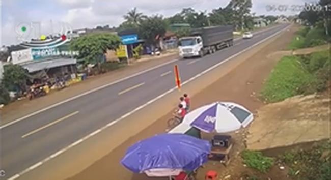 Clip: Bé trai bất ngờ lao qua đường đúng lúc ô tô lao tới, khoảnh khắc sau đó khiến người xem rụng rời tay chân-1