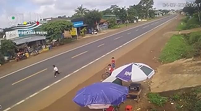 Clip: Bé trai bất ngờ lao qua đường đúng lúc ô tô lao tới, khoảnh khắc sau đó khiến người xem rụng rời tay chân-2