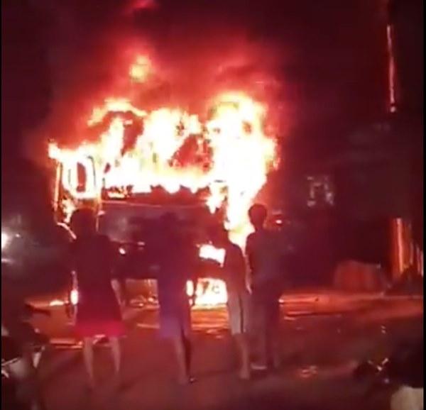 Sau tai nạn khiến người đi xe máy tử vong, xe tải kéo lê xe máy rồi bốc cháy dữ dội-1