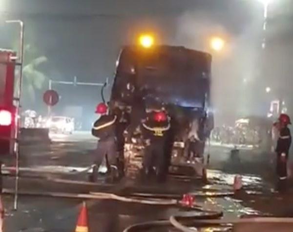 Sau tai nạn khiến người đi xe máy tử vong, xe tải kéo lê xe máy rồi bốc cháy dữ dội-2