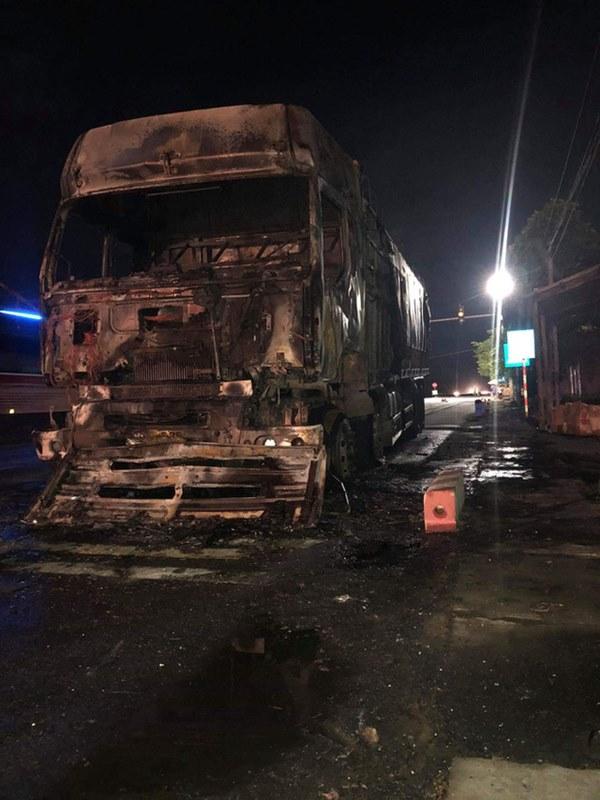 Sau tai nạn khiến người đi xe máy tử vong, xe tải kéo lê xe máy rồi bốc cháy dữ dội-3