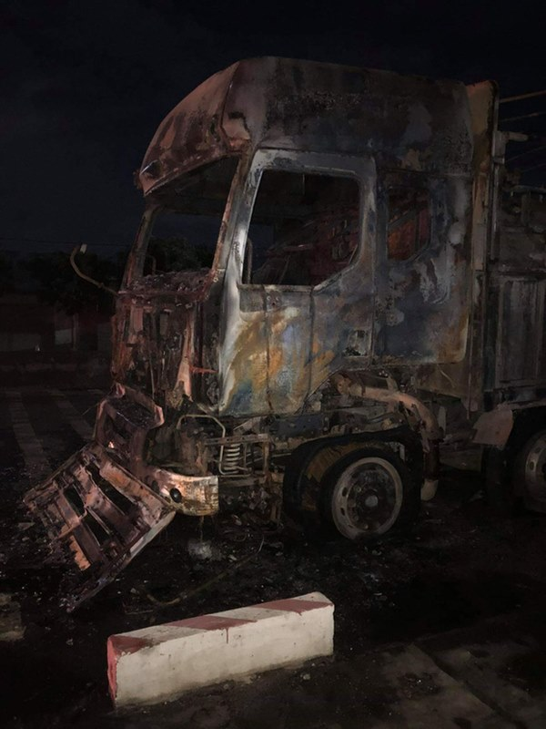 Sau tai nạn khiến người đi xe máy tử vong, xe tải kéo lê xe máy rồi bốc cháy dữ dội-4