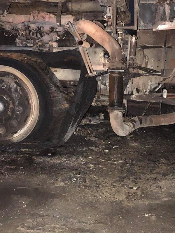 Sau tai nạn khiến người đi xe máy tử vong, xe tải kéo lê xe máy rồi bốc cháy dữ dội-5