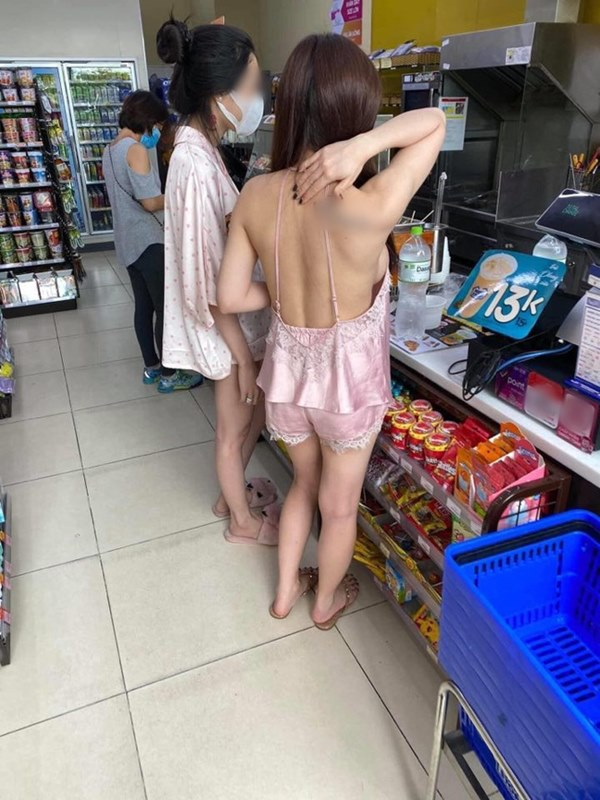 Kiều nữ mặc đồ như không mặc khi đi mua ô tô, phần trên xuyên thấu phần dưới chẳng có gì khiến ai cũng ngỡ ngàng-3