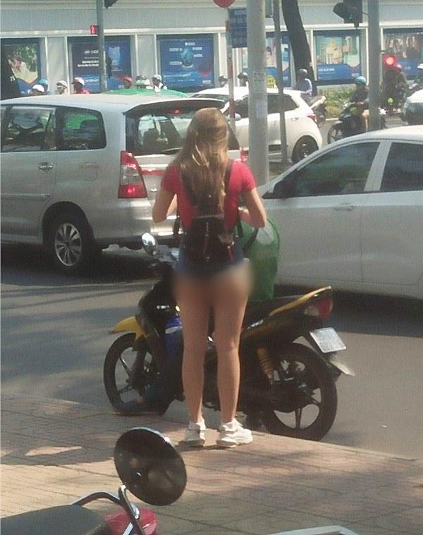 Kiều nữ mặc đồ như không mặc khi đi mua ô tô, phần trên xuyên thấu phần dưới chẳng có gì khiến ai cũng ngỡ ngàng-5