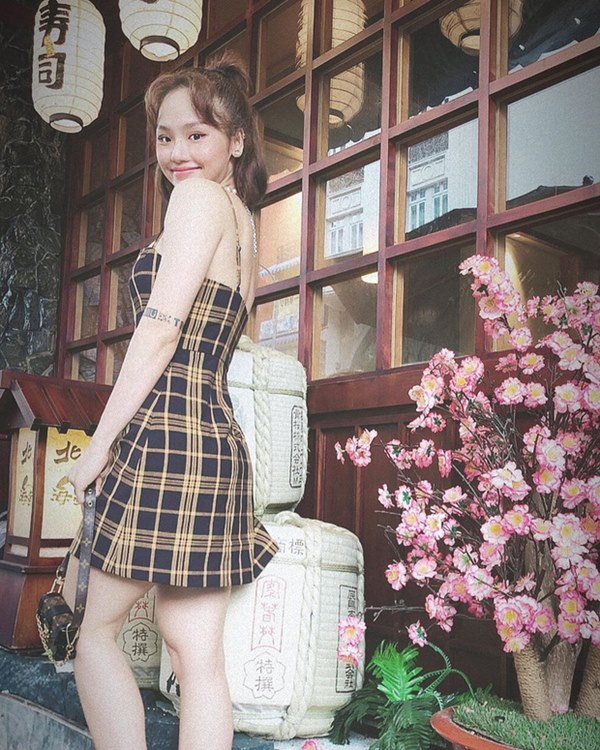 Street style sao Việt: Cùng khoe lưng thon gợi cảm, Miu Lê trẻ trung nhưng vẫn thua Hà Tăng ở khoản hững hờ buông lơi-5
