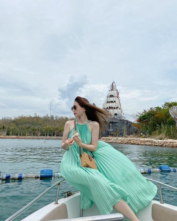 Street style sao Việt: Cùng khoe lưng thon gợi cảm, Miu Lê trẻ trung nhưng vẫn thua Hà Tăng ở khoản hững hờ buông lơi-12