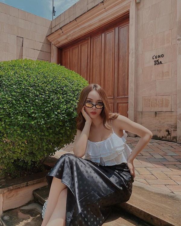Street style sao Việt: Cùng khoe lưng thon gợi cảm, Miu Lê trẻ trung nhưng vẫn thua Hà Tăng ở khoản hững hờ buông lơi-19