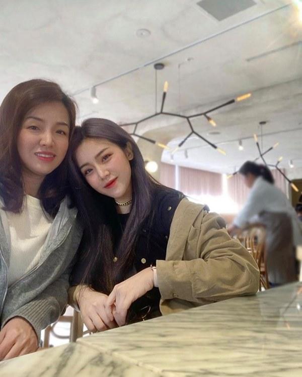 Em gái mỹ nhân của Ông Cao Thắng bất ngờ chia sẻ ảnh chụp cùng chị gái kín tiếng, nhan sắc người chị ruột khiến ai cũng trầm trồ-1